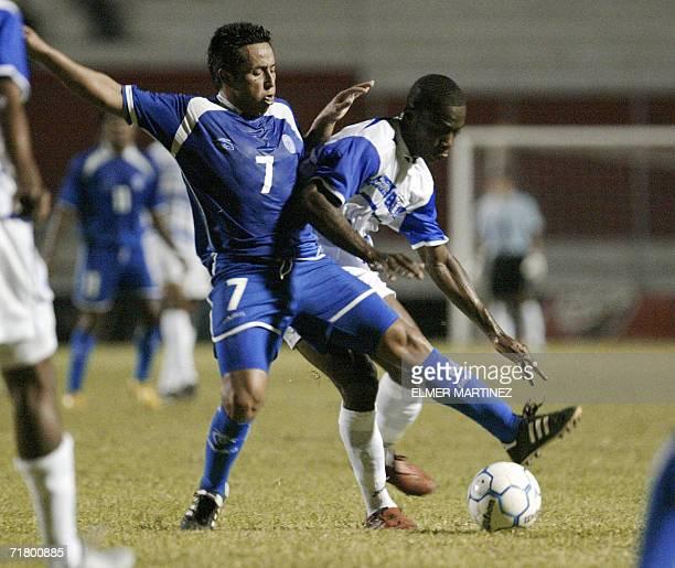 Victor Dubon de la seleccion El Salvador disputa la pelota con Maynor Figueroa de Honduras durante un partido amistoso en preparacion para las fases...