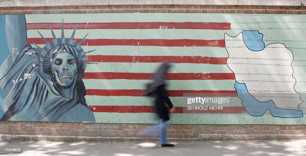 An Iranian woman walks past an anti-US m... : News Photo