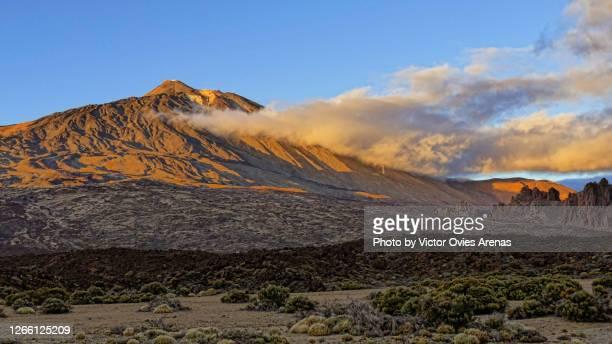 teide volcano and cañadas del teide national park at sunset - victor ovies fotografías e imágenes de stock