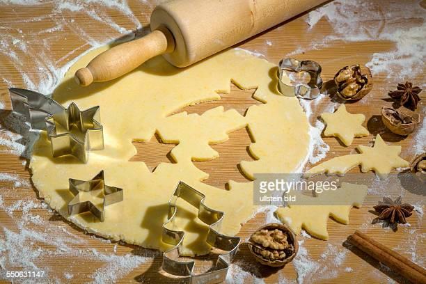 Teig und Ausstechformen zum Backen von Plätzchen und Keksen für Weihnachten Vorfreude im Advent