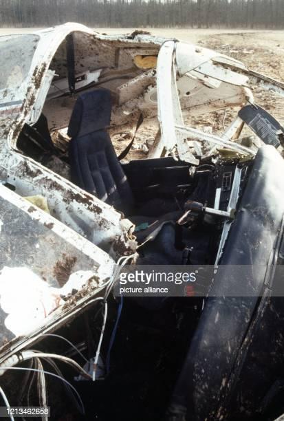 Teil des Flugzeugwracks in dem der Manager des Deutschen FußballMeisters Bayern München Uli Hoeneß am einen Absturz überlegt Die beiden Piloten und...