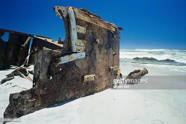 Teil eines Schiffswrack an derSkelettküste am Atlantik 1997col