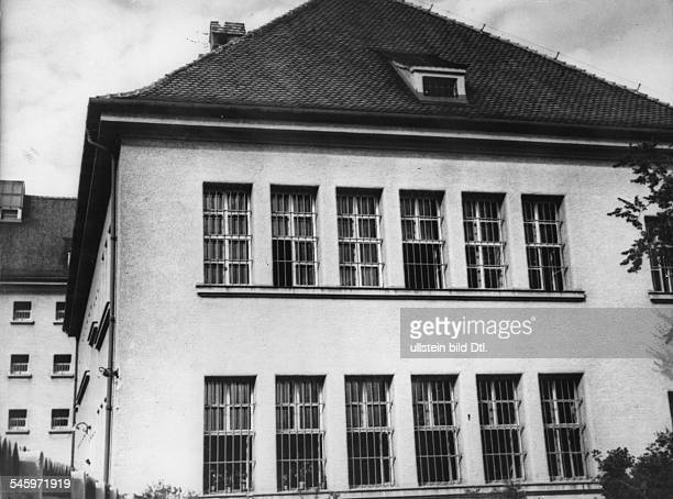 Teilansicht der Festungshaftanstalt Landsberg am Lech Die beiden mittleren Fenster im 2 Stock gehörten zur Stube Nr 7 in der Hitler seine Haftzeit...