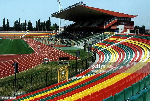 Teilansicht vom Stadion im FriedrichLudwigJahnSportpark in Berlin Prenzlauer Berg mit Haupttribüne und Laufbahn Juni 1998