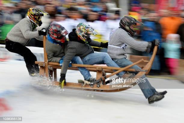 ARCHIV Teilnehmer des traditionellen Hornschlittenrennes fahren am in GarmischPartenkirchen die Piste hinunter Die Veranstalter erwarten bei der...