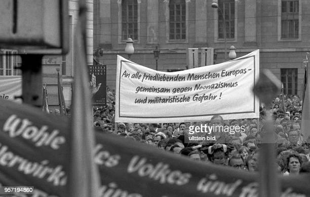 5a6be160579 Teilnehmer einer Kundgebung am Bebelplatz in Berlin für die Opfer des  Faschismus tragen Transparente mit Parolen