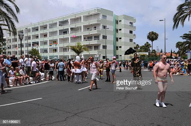Teilnehmer und Schaulustige der Homosexuellen- und Lesben-Parade , Maspalomas, Insel Gran Canaria, Kanaren, Spanien, Europa, Kanarische Inseln,...