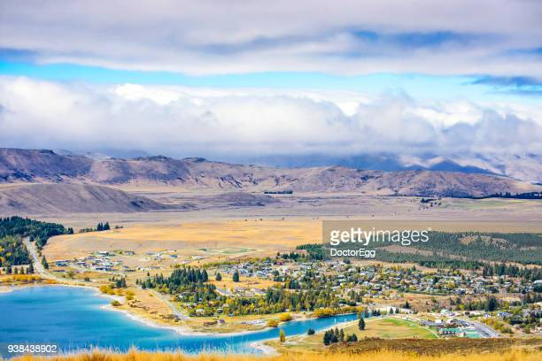 tekapo town taken from mount john observatory in autumn, new zealand - região de canterbury nova zelândia - fotografias e filmes do acervo