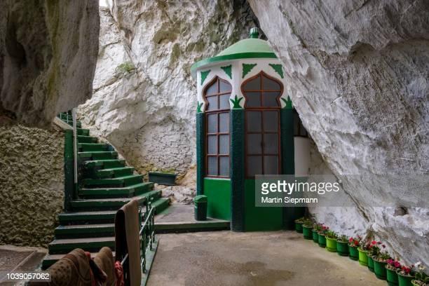 tekke of sari salltik (sari saltuk) in cave in skanderbeg mountains, mali i krujes, kruja, kruje, durres qar, durres, albania - krujë stockfoto's en -beelden