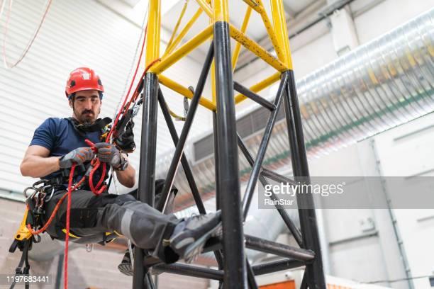 telecommunicatie handleiding hoge werker ingenieur klimmen een antenne - redding sporten stockfoto's en -beelden