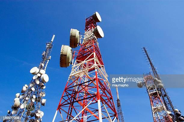 telecommunications tower, blu skye mit wolken - antenne stock-fotos und bilder
