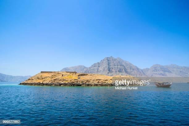 telegraph island, khor ash sham fjord, musandam, oman - persian gulf stock-fotos und bilder
