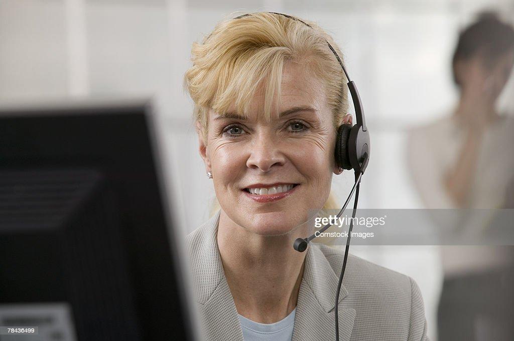 Telemarketer using headset : Stockfoto