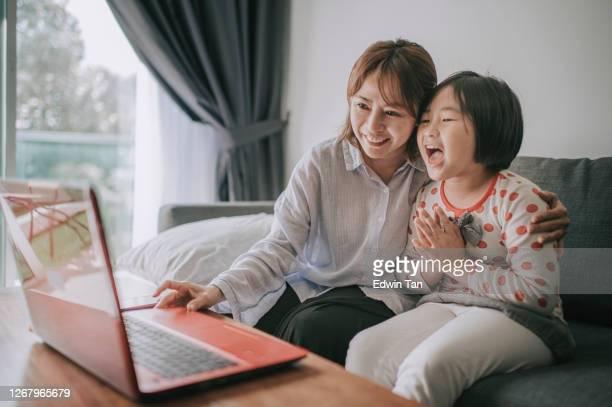 telemedizin telemedizin asiatische chinesische mutter mit laptop kommunizieren mit arzt kinderarzt auf ihre tochter krankheit genesung - mother daughter webcam stock-fotos und bilder