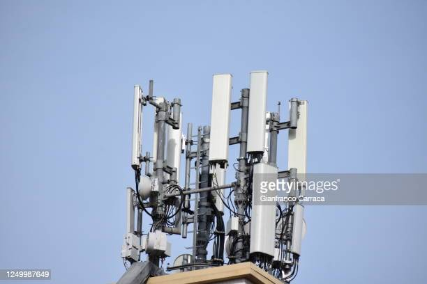 telephone antennas with 5g technology - 5g foto e immagini stock