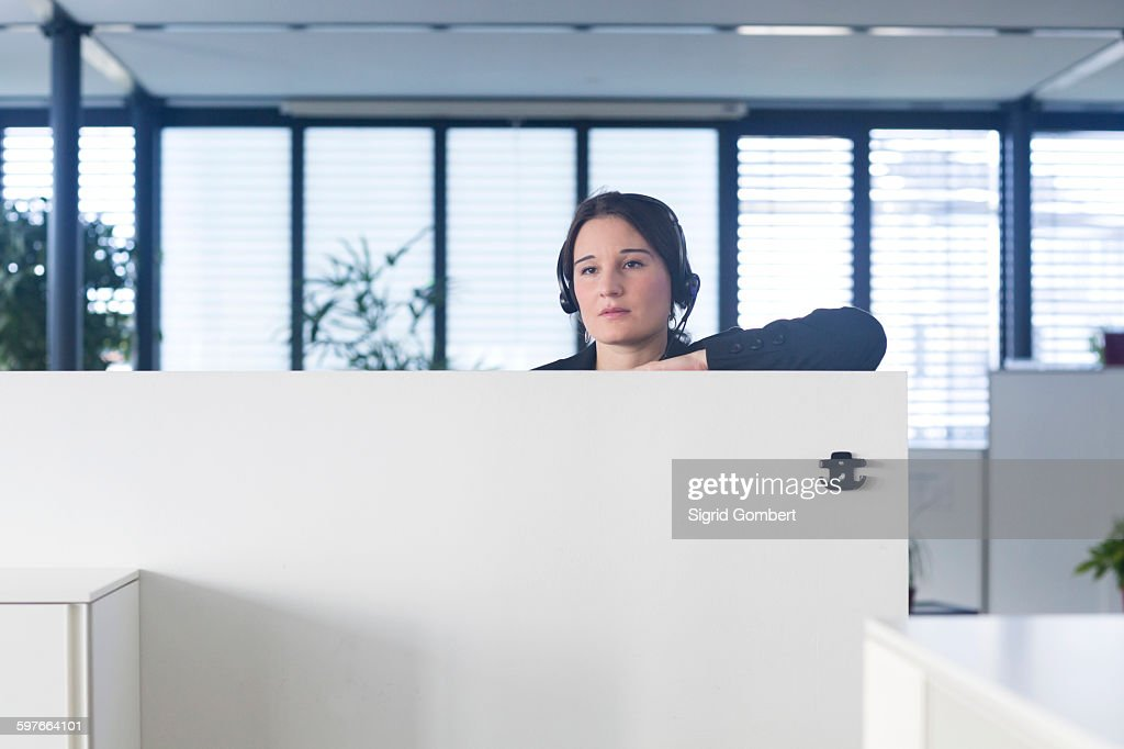 Telephonist working in office : Stock-Foto