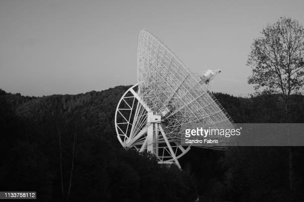 telescope in black and white science - observatorium stock-fotos und bilder