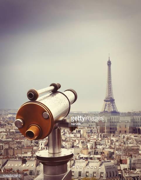 télescope avec la tour eiffel à paris - terrasse panoramique photos et images de collection