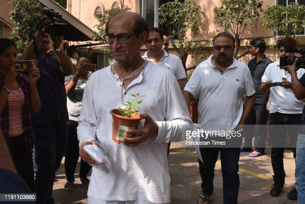 Television actors Kushal Punjabis father during the funeral of his son at Santa Cruz crematorium on December 28 2019 in Mumbai India Punjabi...