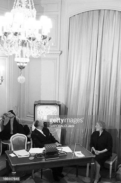 Television At Dior France Paris octobre 1953 Une présentation de mode automnehiver est retransmise à la télévision française en direct depuis les...