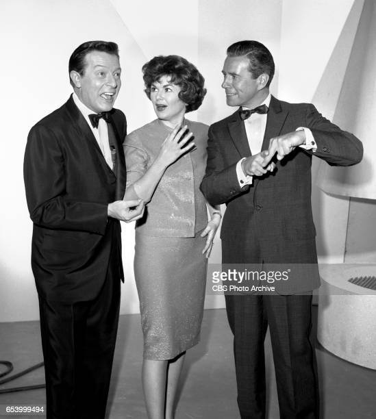 CBS television game show Stump the Stars Features from left producer and host Mike Stokey and guests Barbara Hale and John Forsythe Image dated...