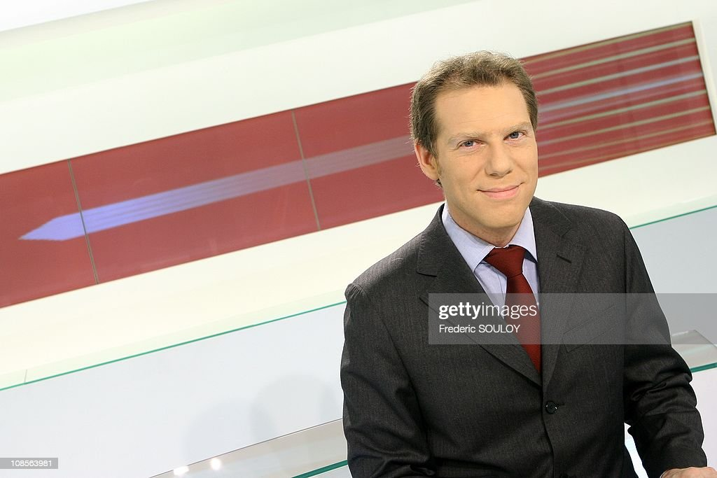Television host Raphael Kahane on France 24 Tv in Paris, France on February 11, 2007. : Photo d'actualité