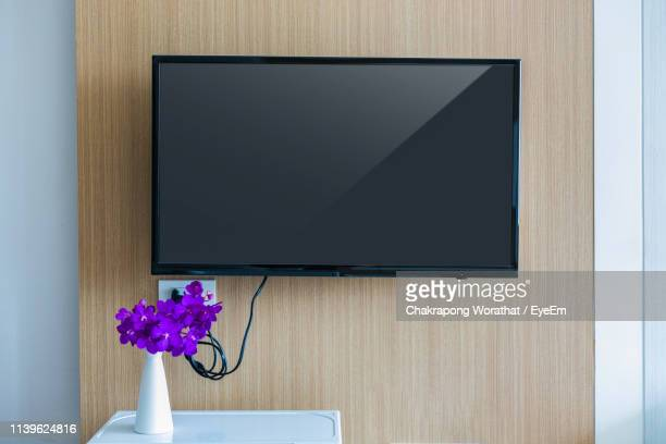 television mounted on wooden wall at home - 液晶画面 ストックフォトと画像