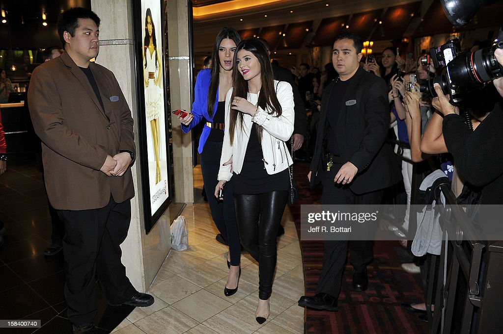 Photos et images de kendall and kylie jenner appear at kardashian television personalities kendall jenner l and kylie jenner appear at the kardashian khaos store m4hsunfo