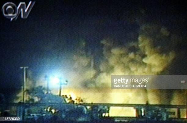 Television screen grab taken 21 April 2003 of an oil refinary in flames in Aracaju Brazil Imagen de la TV GLOBO tomada el 21 de abril de 2003 donde...