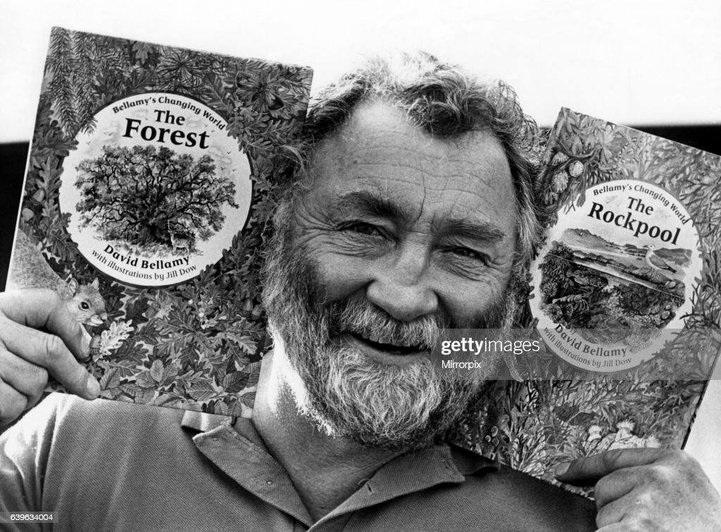 Televison presenter and conservationist Dr David Bellamy with two of his books, The Forest and The Rockpool on 3rd April 1988 : Foto jornalística