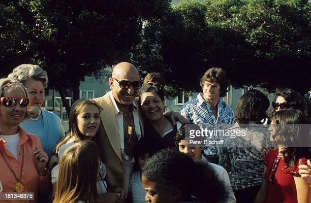 Telly Savalas mit seiner Familie im Restaurant Spago Los Angeles Kalifornien Vereinigte Staaten von Amerika Schauspieler Kette Brille