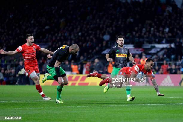 Telusa Veainu of Leicester Tigers dives over to score his side's third try during the Gallagher Premiership Rugby Big Game 12 match between...