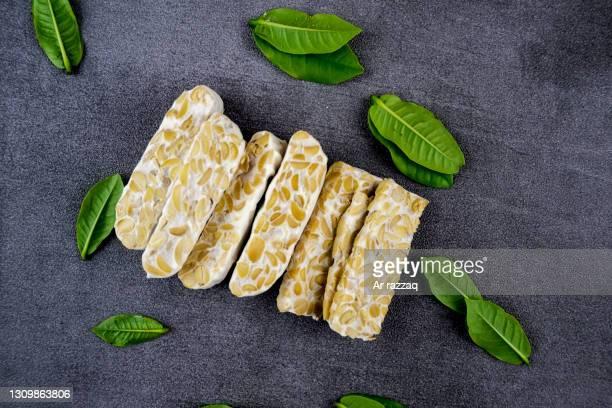tempe slices with foliage decoration - prato de soja - fotografias e filmes do acervo