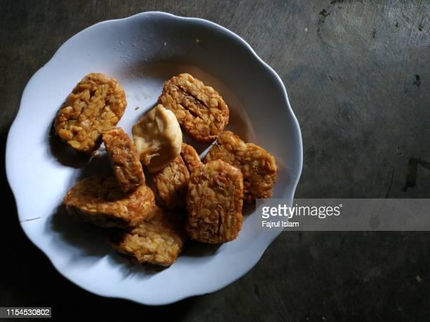 tempeh on a plate - テンペ ストックフォトと画像