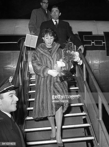 Tempelhof Airport Arrival / departure of VIP's Germany / Berlin / Tempelhof Gregory Peck * Actor USA Gregory Peck and his second wife Veronique...
