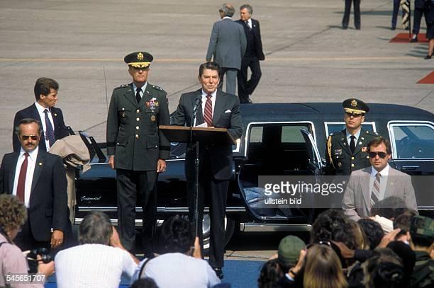 Tempelhof Airport Arrival / departure of VIP's Germany / Berlin / Tempelhof Reagan Ronald 19112004 Politician USA Speech by US President Reagan after...