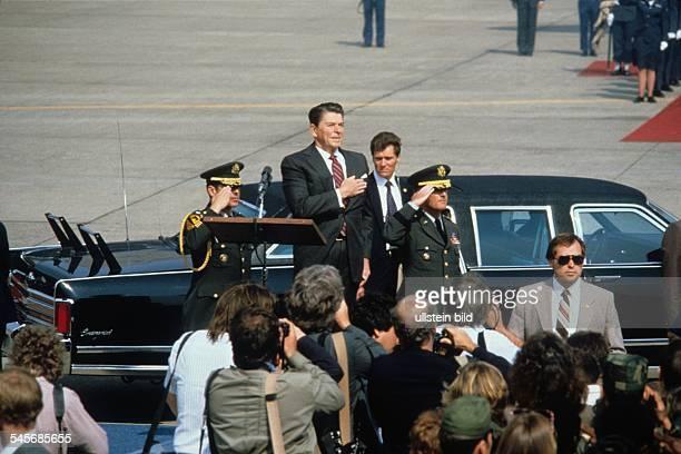 Tempelhof Airport Arrival / departure of VIP's Germany / Berlin / Tempelhof Reagan Ronald 19112004 Politician USA Reception of US President Reagan...