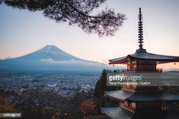 temple against mt fuji - japan stockfoto's en -beelden