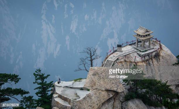temple at top of mountain, mount hua, shaanxi province, china - lotus flower peak stock pictures, royalty-free photos & images