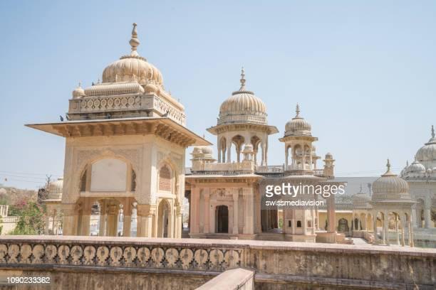 tempel in jaipur, rajasthan, indien - gatore ki chhatriyan - tempel stock-fotos und bilder