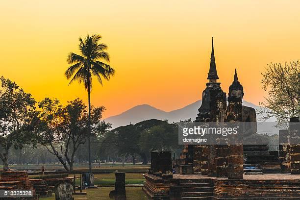 temple in sukhothai during sunset, thailand. - sukhothai stockfoto's en -beelden