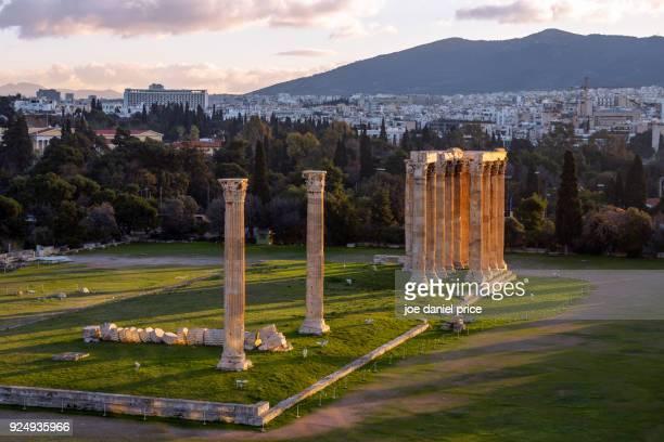 temple of olympian zeus, athens, greece - zeus photos et images de collection