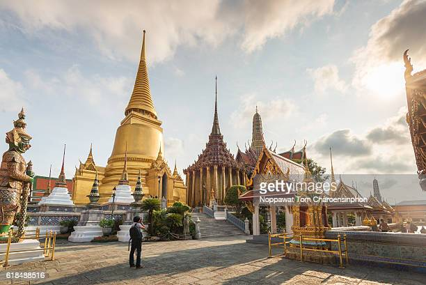 temple of the emerald buddha, wat phra kaew (grand palace) - grand palace bangkok stock pictures, royalty-free photos & images