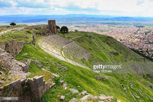 古代都市ペルガモンのトラヤヌス神殿 - ベルガマ ストックフォトと画像