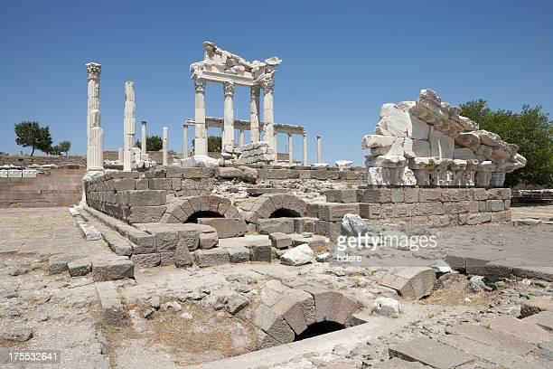 トラヤヌス神殿 - ベルガマ ストックフォトと画像