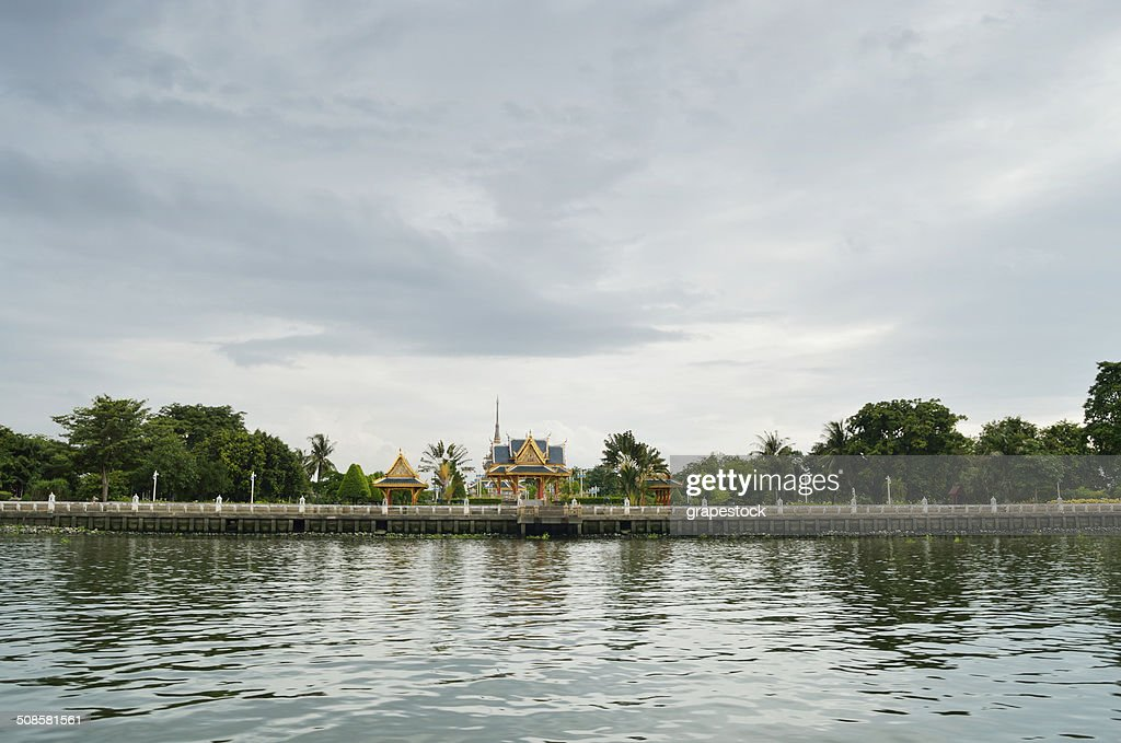 Temple on the riverside in Bangkok : Stockfoto