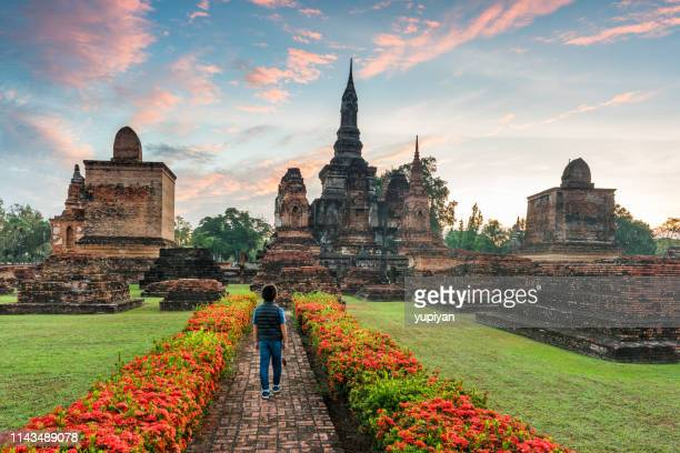 tempelruïnes in sunrise in thailand - sukhothai stockfoto's en -beelden
