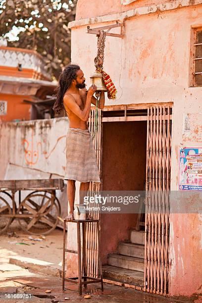 temple tendant polishing bell - merten snijders photos et images de collection