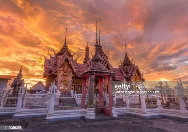 temple under a fiery sky - provincia di songkhla foto e immagini stock