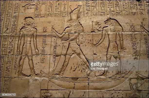 templo de edfu o templo de horus (dedicado al dios horus). egipto - hieroglyphics stock pictures, royalty-free photos & images
